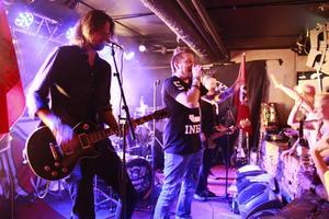 Mimikry från Dalarna rockade loss på lördagskvällen för de som valde att skippa Eurovision.