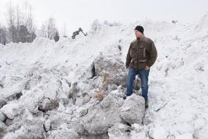 Åtskilliga ton snö från vägar och gator i Avesta dumpas nära Döda fallen.