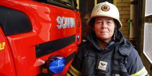 – Tror inte man kan känna större tillfredställelse med ett jobb än det här. Här får man göra nytta konkret, hjälpa människor i deras svåraste stunder. Visst finns det ett spänningsmoment också. Det blir ju puls, säger Helene Svensson, brandman i Ljusdal.