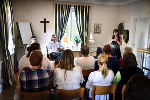 Storseans i Edsbergs gamla prästgård. Synnöve Johansson, Anders och Lisbeth Åkesson framför de 18 deltagarna.