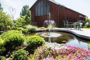 Det porlande ljudet från dammen skapar en härlig stämning i trädgården.