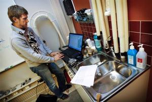 Ola Rawald framför den alltid lika avslöjande datorn. I famnen håller han skidstavarna som är försedda med så kallad kraftgivare som via diagram på datorskärmen visar när skidåkarna får ut mest kraft av sina stavtag.