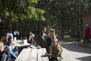 Familjen Rahm-Bagge från Föne passade på att ta en fikapaus under promenaden runt Järvzoo.