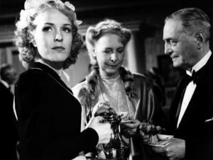 Torpardottern Brita (Eva Dahlbeck) fascineras av lyxen hos en grosshandlarfamilj i Stockholm och förälskar sig i sonen i