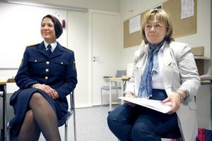 Justitieminister på besök. Justitieminister Beatrice Ask (M) besökte polishuset i Gävle på tisdagen. Här tillsammans med länspolismästare Christina Forsberg.