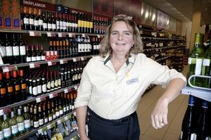 Carin Johansson, butikschef i Smedjebacken, tror inte att vädret har så stor betydelse för försäljningen av alkohol. I Smedjebacken har man inte märkt någon minskning av försäljningen denna sommar.