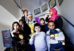 De här barnen går på Lilla Sätra-skolan och har skapat konst ihop. De har flera saker gemensamt, de har nyss kommit till Sverige och de är konstnärer. I alla fall för en stund. Deras verk ställs ut på Länsmuseet Gävleborg till och med 6 maj.
