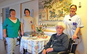 """""""Personalen är fantastisk på att göra det lilla extra!"""" berömmer Ewa-Lill Daniels – här tillsammans med Josefine Olofsson, Kristine Berglind Hallberg och Ingrid Lisspers. Foto: Annki Hällberg/DT0"""