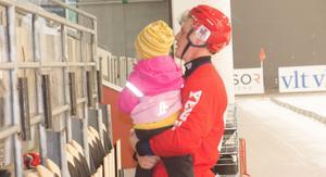 Erik Pettersson med sin snart tre år gamla systerdotter efter matchen i ABB Arena.