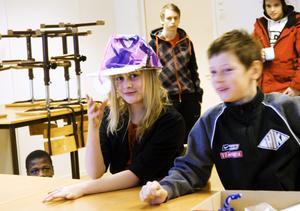 Ljushuvud. Kreativiteten bland Snäckeskolans elever är stor.Elin Henriksson tar på sig sin grupps förslag till kepslampa. Intill sitterIsaac Liodden.