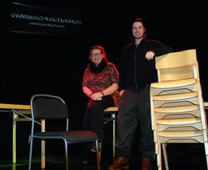 Annika Fornell och Yasin Gültepe hoppas kunna ersätta Kulturhusets gamla trästolar (till höger i bild) med hjälp av en kampanj som ska få kommunens företag att sponsra inköpen av nya bord och stolar (som den till vänster).