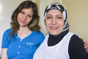 Asylsökande Rana Al Kosini och Rawa Karavani från Syrien ser fram emot att besöka språkkaféet i Ytterhogdal.