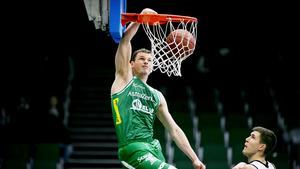 Aaron Anderson dunkar i två poäng mot Carl Engström och Malbas.
