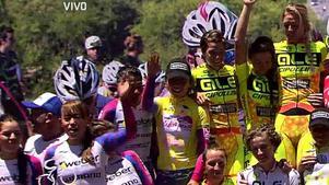 Emilia Fahlin (överst till höger) firar segern i lagtävlingen i Tour de San Luis med nya lagkompisarna i Alé-Cipolloini.