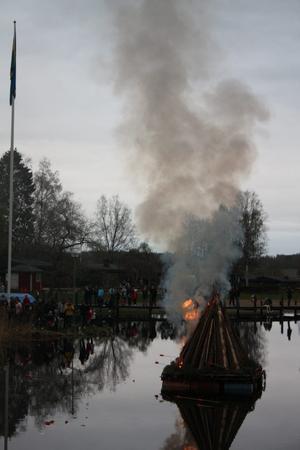 Efter en tvekande start togs sig till slut elden allt mer ute på flotten...