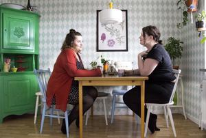 När Maria Agné och Ina Björkstedt tog över lägenheten i Fagersta fick de med en liten bok där det stod namn på alla som har bott i lägenheten sedan den byggdes 1956. Nu står även deras namn med.