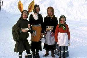Hej och Glad Påsk! Bilden är från 60-talet, Brantdhovda, Viksäng. Påskkäringarna och Haren är nu vuxna men känner nog igen sig.Killarna är Bröderna Lång men den tredje har jag tappat bort. Påskharen är Jan Erik Isacsson och hans käringar är Anneli Isacsson och Eva och Åsa Blomster. Bilden inskickad av Sven Olof Blomster, Västerås