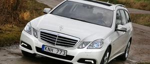 Det svänger inte längre om tyska bilars instrumentpaneler. Även Mercedes återvänder till de raka linjerna. Det här är en förarplats man gärna färdas långt i.