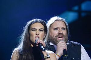 Elize Ryd och Rickard Söderberg fokuserar på sången i sitt nummer