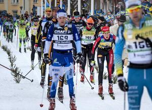 Britta Johansson Norgren, i gult, inklämd mellan män i fel spår under Vasaloppets upplopp.