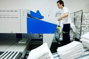 Senaste investeringen som gjordes vid tvätteriet var den automatiska frottévikaren som kan ta hand om 2 000 handdukar per dag. Pero Mudrinic är som sköter maskinen för dagen är också ny, han anställdes så sent som vid årsskiftet för att möta den växande produktionen.