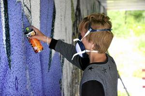 Lila ord. Sextonåriga Anton Hansson från Vedevåg tycker om att måla med graffiti och sysslar gärna med det även på fritiden, då på Hillstreets graffitivägg.