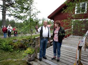 Nyckeln. Tor Wilhelmsson överlämnade nyckeln som kommunalrådet Maria Pettersson använde för att återinviga kvarnen. Foto:Gunne Ramberg