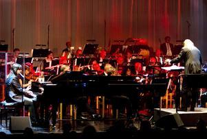 En 45 musiker stark Sandvikens symfoniorkester följer med bandet till Cambridge.