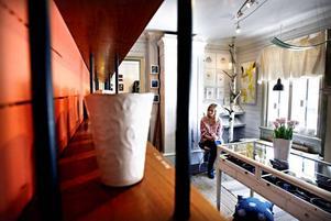 I vita rummet finns keramik av Ulrika Olsson.