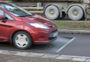 Farthindret på Björnövägen – en lucka sänks om man kör för fort.