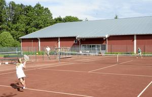 Syskonmatch. Stina Larsson, 7 år, spelar tennis tre gånger i veckan och har spelat så länge hon kan minnas. Här mot storasyster Sanna Larsson.