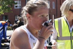 Hallsbergs landslagslöpare Lilian Forsgren bräckte alla utom A-landslagslöparen Lina Strand i sitt kvalheat till lördagens sprint-SM.