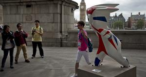 Turister poserar med OS-maskotar vid South Banks.