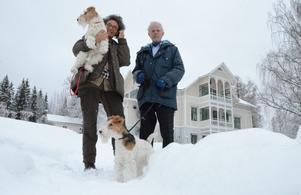 Herrgårdsägare. Bettina och Erik har flyttat från Småland till Bredsjö. Här ska de bo och jobba. På bilden också hundarna Ossian och Bijou.