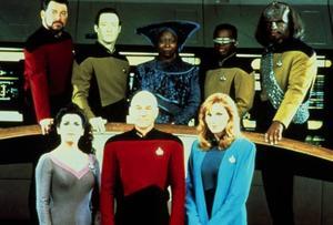 """Med """"The Next Generation"""" nådde """"Star Trek"""" sin högsta popularitet. Besättningen leddes av befälhavare Jean-Luc Picard (Patrick Stewart), i mitten på nedre raden. Foto: Paramount/TV 4"""
