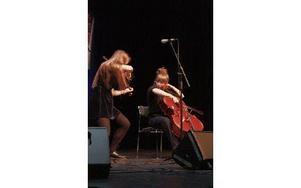 Duo Systrami, med tvillingarna Fanny och Klara Källström, vann och utsågs till Årets Unga Folkmusikband på Folkmusiknatta i Falun. Foto: Mats Rönnblad