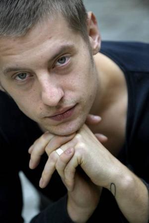 Primalterapi. Rasmus Kellerman alias Tiger Lou låter sig vaggas av hård och mörk musik.