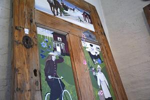 Blandade anekdoter från barndomsåren och västerbottniska byar är porträtterade i Dahlgrens konstverk.