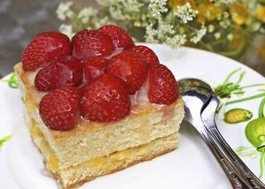 Utan jordgubbar blir det ingen riktig midsommar. Här bjuds gubbarna i form av små blanka bakelser.