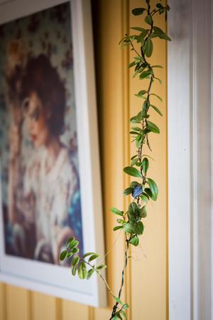 En girlang av lingon ramar in altandörren.