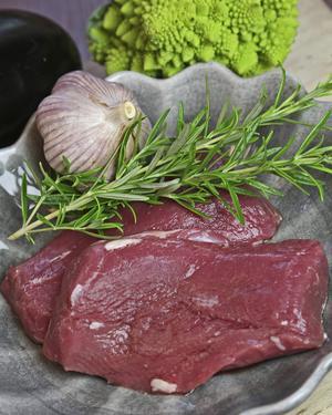 Lammytterfilé kallades förr lammsadel. Utan ben är köttet lättare att tillaga.    Foto: Dan Strandqvist