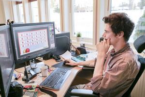 Rasmus Amilon är grafisk designer på Skogma. Denna dag formger han en Skogma-julkalender, vars enskilda luckor döljer presenterbjudanden ända fram till julafton.