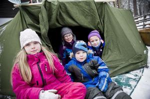Ute var det kallt men Emma Hugosson-Lundgren, Hilma Olsson, Liam Johansson, Carl Andersson, tyckte alla att det var varmt och mysigt inne i tältet.