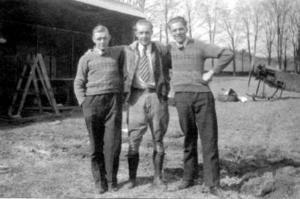 Olle Petter Karlsson från Rösta i Ås, i mitten, flankerad av bröderna Nisse (till vänster) och Gunnar på den egna flygplatsen Carlson Airways utanför New York.