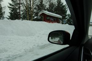 Så här såg det ut från förarplatsen då man i måndags körde in på parkeringen i Spjutmo. Jo, skyltarna är där bakom någonstans.