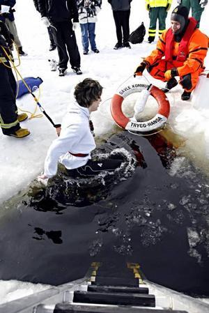Robin Sjöström på väg ner för en andra gång. På kanten räddaren, Stefan Frodig, som finns till hands om det krävs hjälp.Jonatan Nilsson har hoppat i och på kanten står Stefan Frodig färdig om det krävs hjälp.