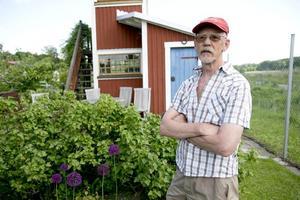 Trivs bra. Christer Engback mår utmärkt i sin kolonilott i Dommarringen, som han och hustrun Carina köpte 1998.