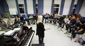 Roslagens vokalensemble, som leds av Karin Eklundh, repeterar inför den kommande ljuskonserten i Norrtälje kyrka.
