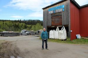 På byns såg sitter en av de fem banderollerna i Revsund med budskapet som byalaget, med ordföranden Gustav Nylén i spetsen, har slagit mynt utav.