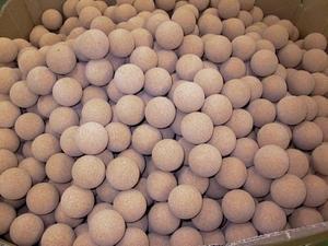 Nu som då tillverkas bollarna utifrån en kärna av kork. Men nuförtiden leveras grundmaterialet färdigt från Portugal.